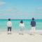 海を眺める5人の若者たち
