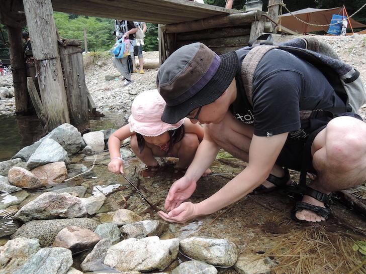 子供と川遊びをする堀さん