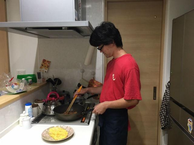 料理を作る横江さん