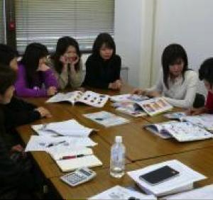 女性意見を活かす商品開発活動 ミーティング風景