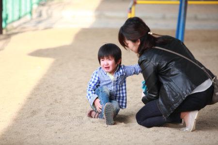 泣いている子どもとママ