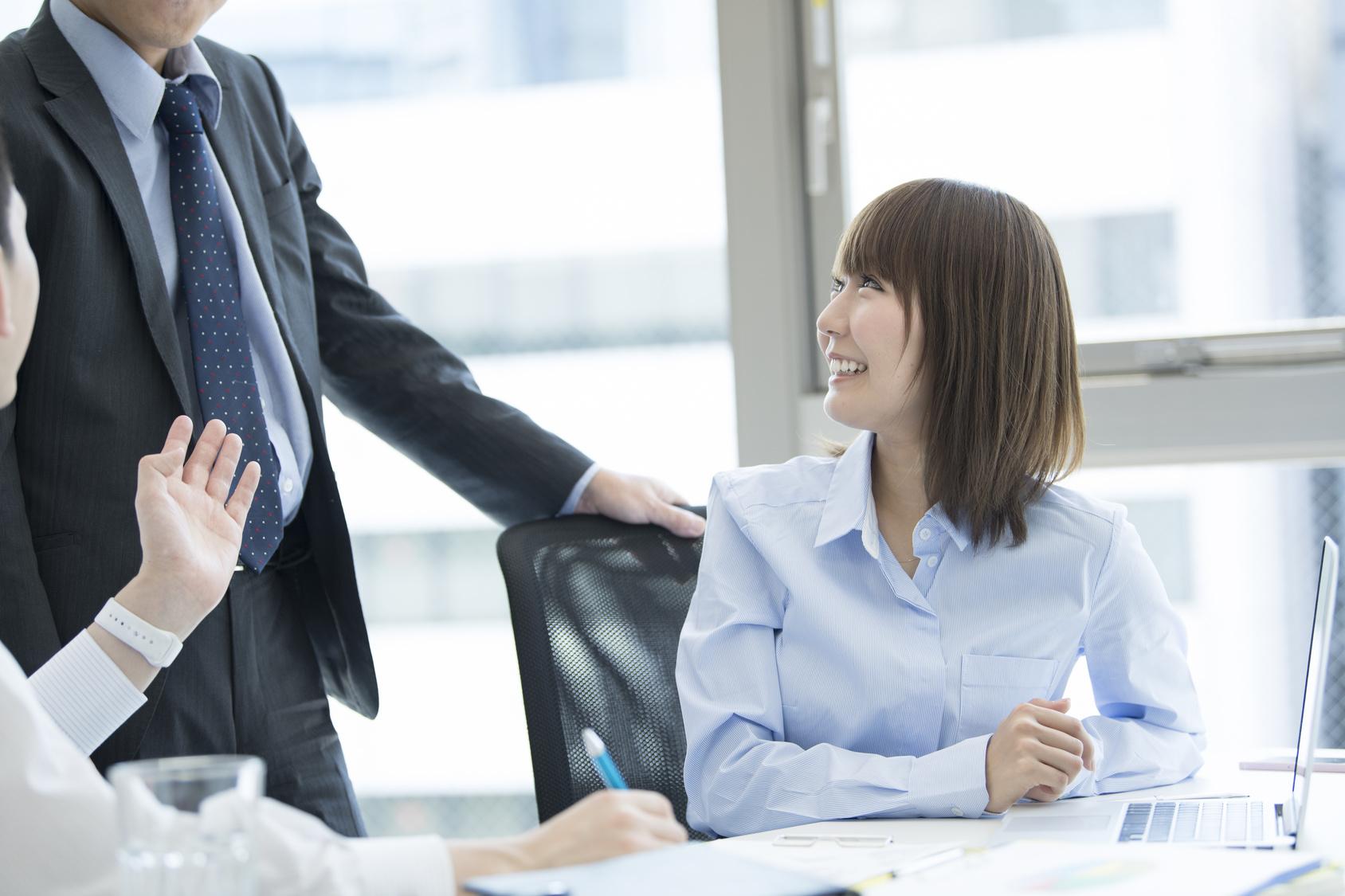 女性を励ます上司