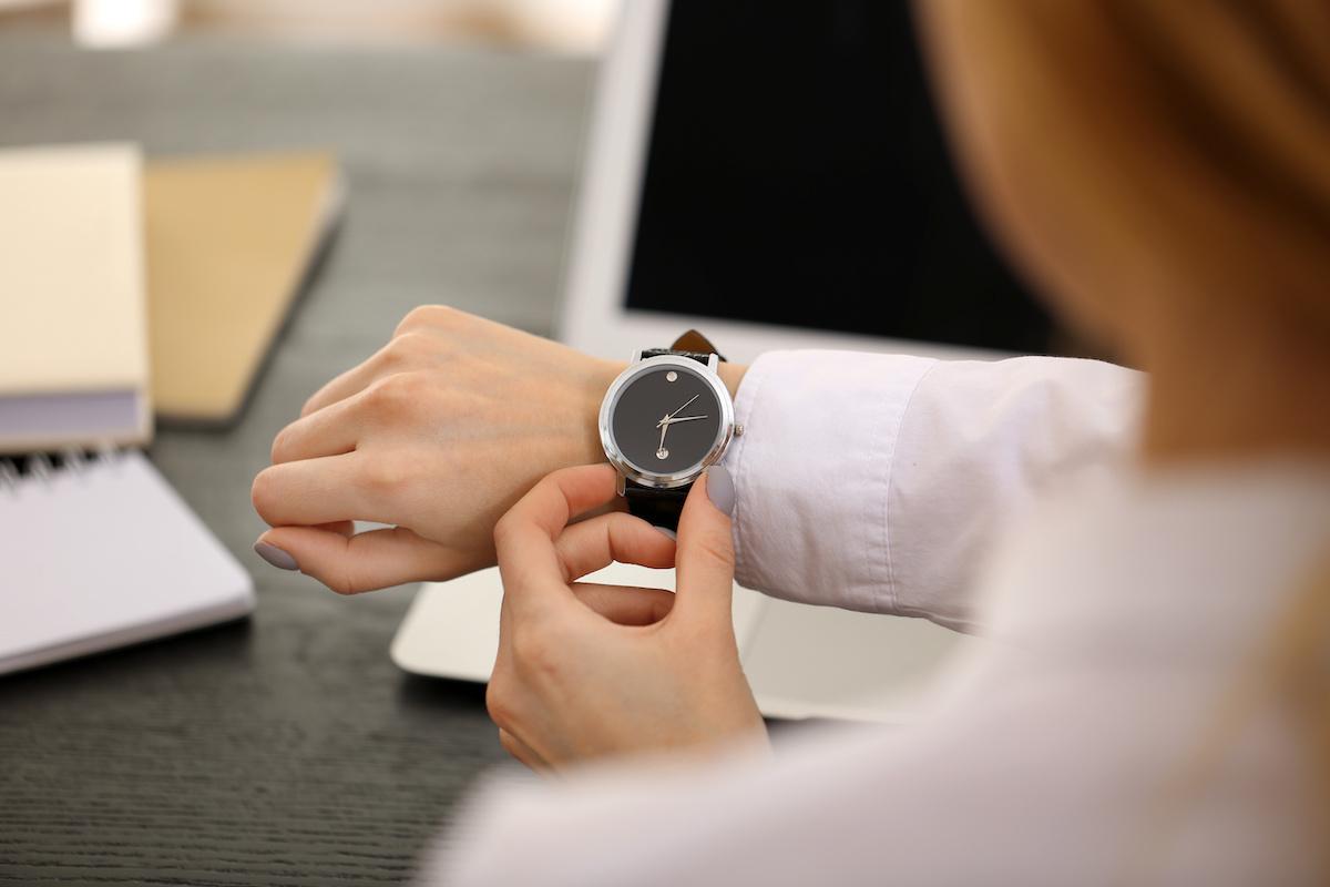時計を確認する女性