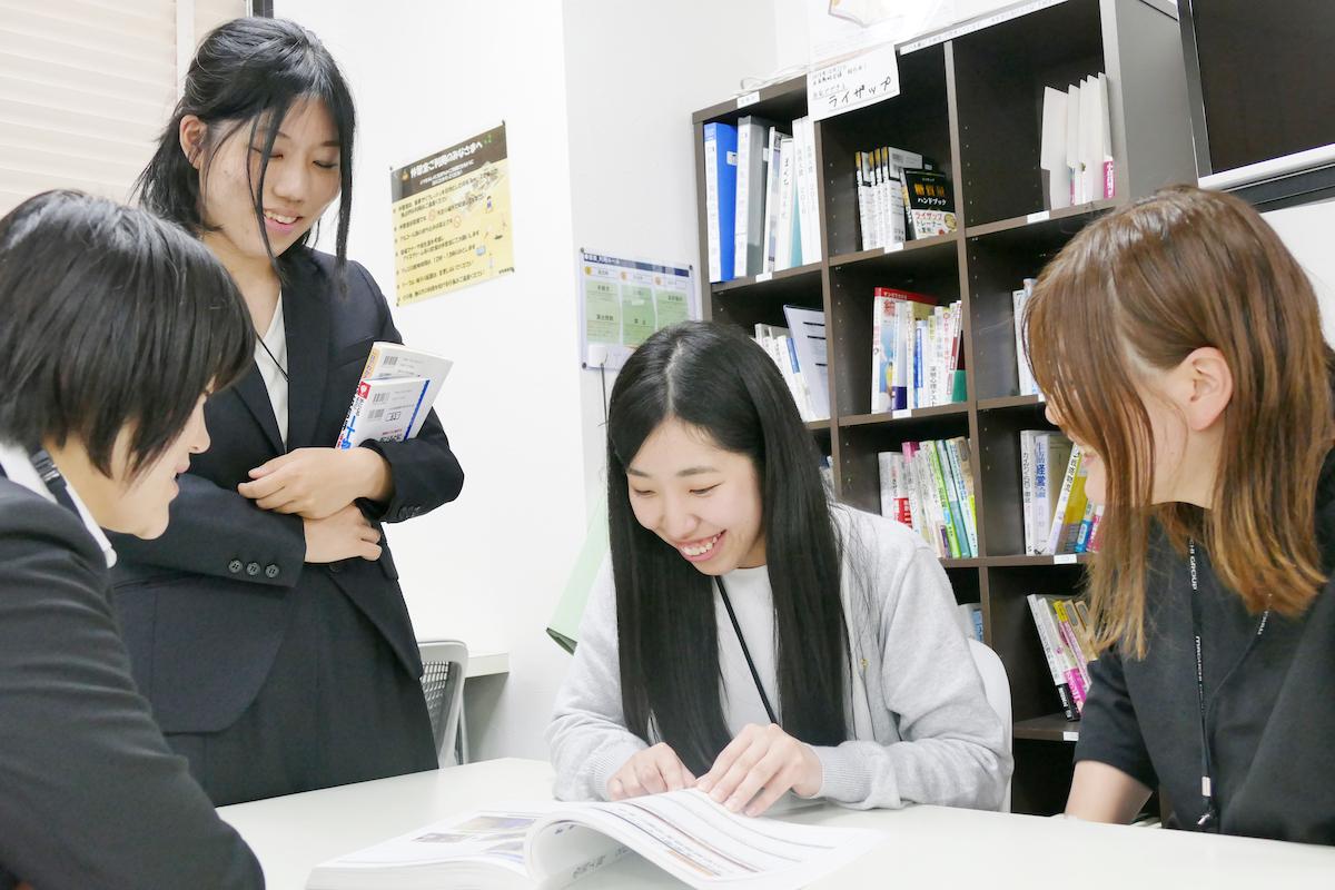 女性社員のミーティング風景