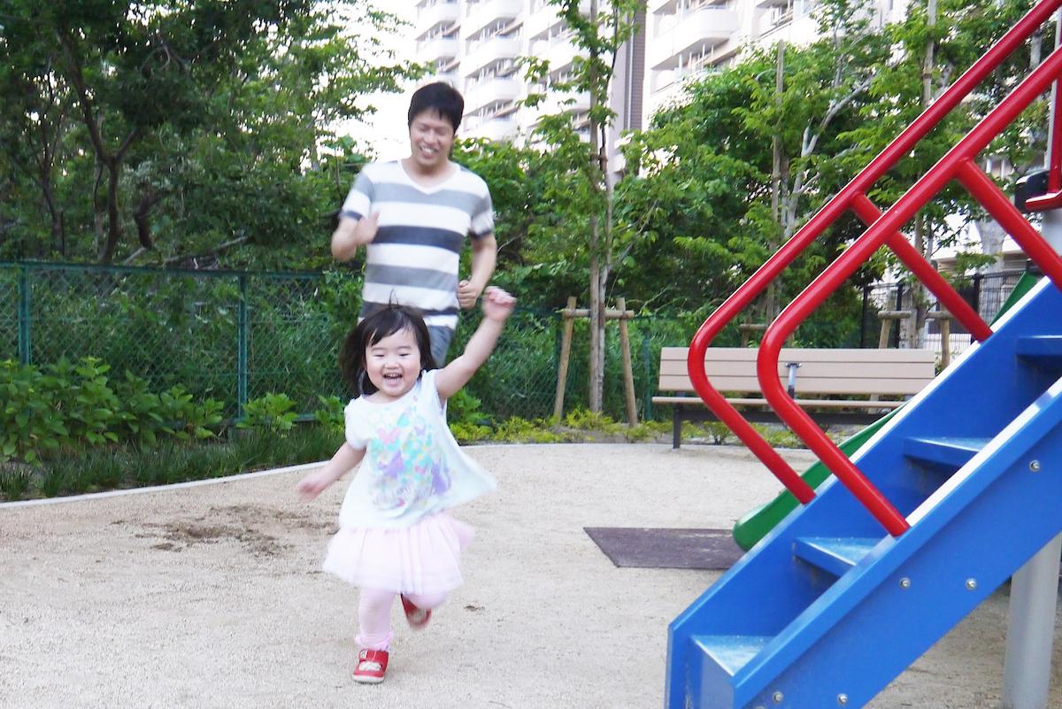 公園で遊ぶ父と子ども