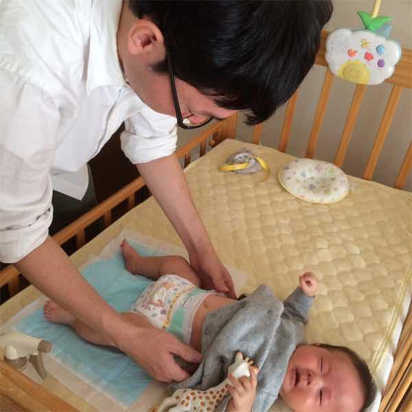 オムツ替えをする日本生命の男性社員